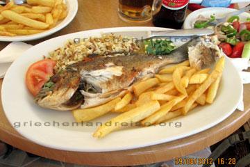 Griechisches essen beim rhodos urlaub in einem restaurant unterwegs